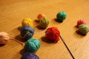 Allemaal restjes wol in vrolijke kleuren én een haaknaald!