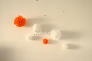 kneuterige en kleurrijke pompons sieren mijn muur