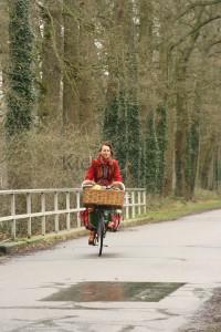 Mooi zo'n rood vrolijk jasje wat voorbij fietst in de trieste, druilerige regenbui